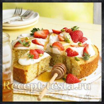Фисташково-медовый пирог с клубникой
